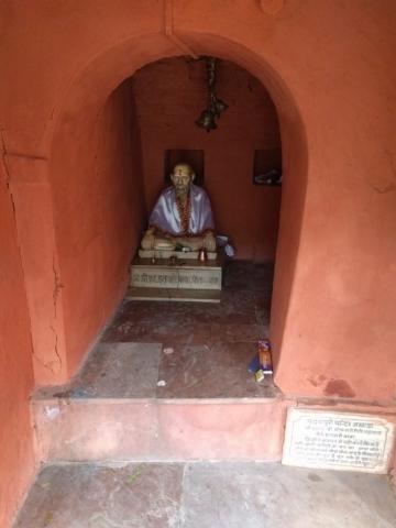 Padampuri Ashram statue